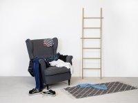 Getragene Kleidung auf einem Sessel